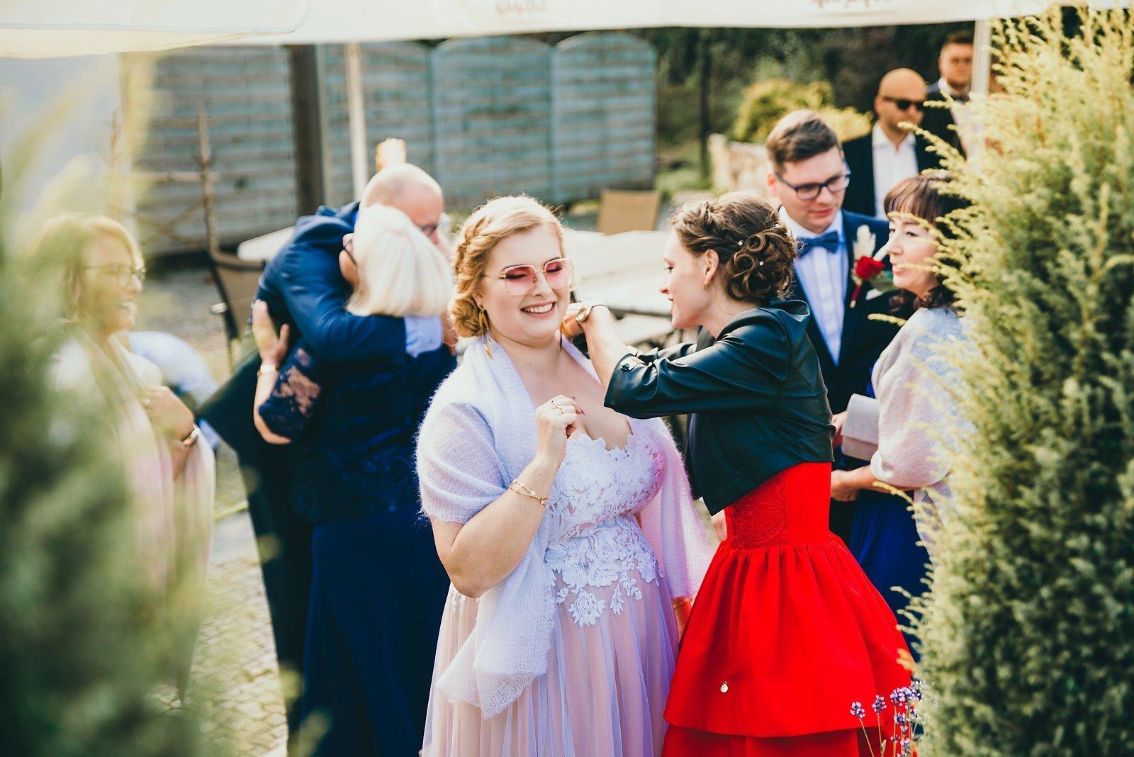 Karolina i Mateusz - plenerowy ślub - Biały Borek 34