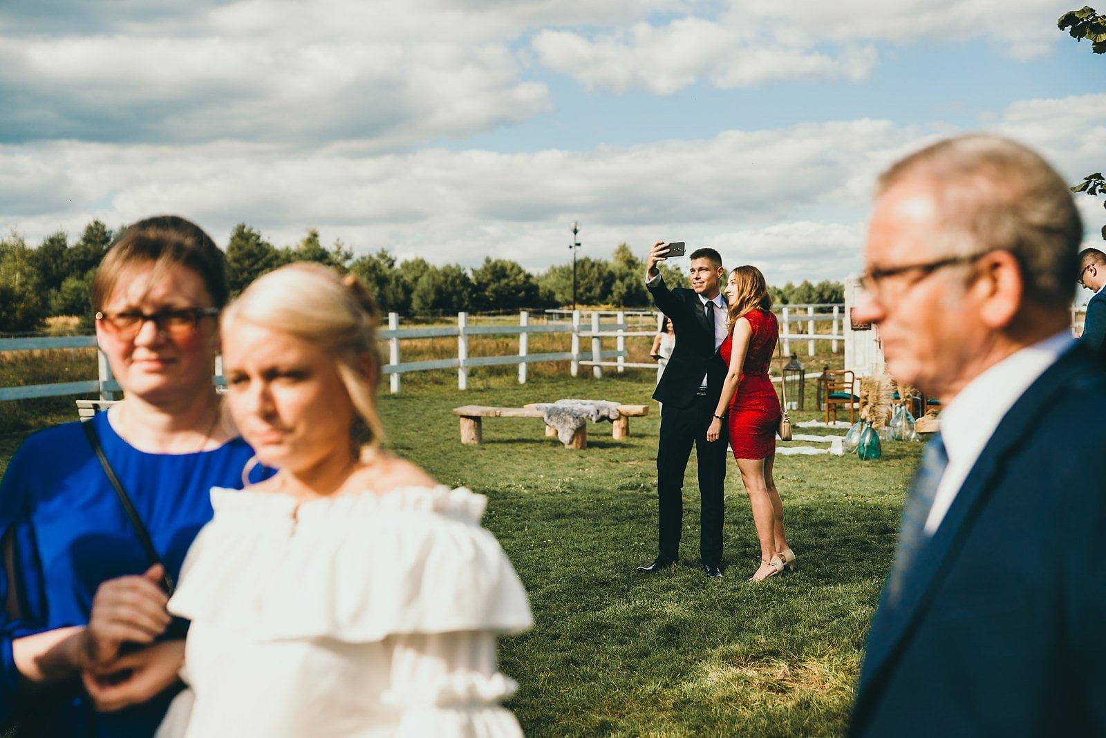 Karolina i Mateusz - plenerowy ślub - Biały Borek 36
