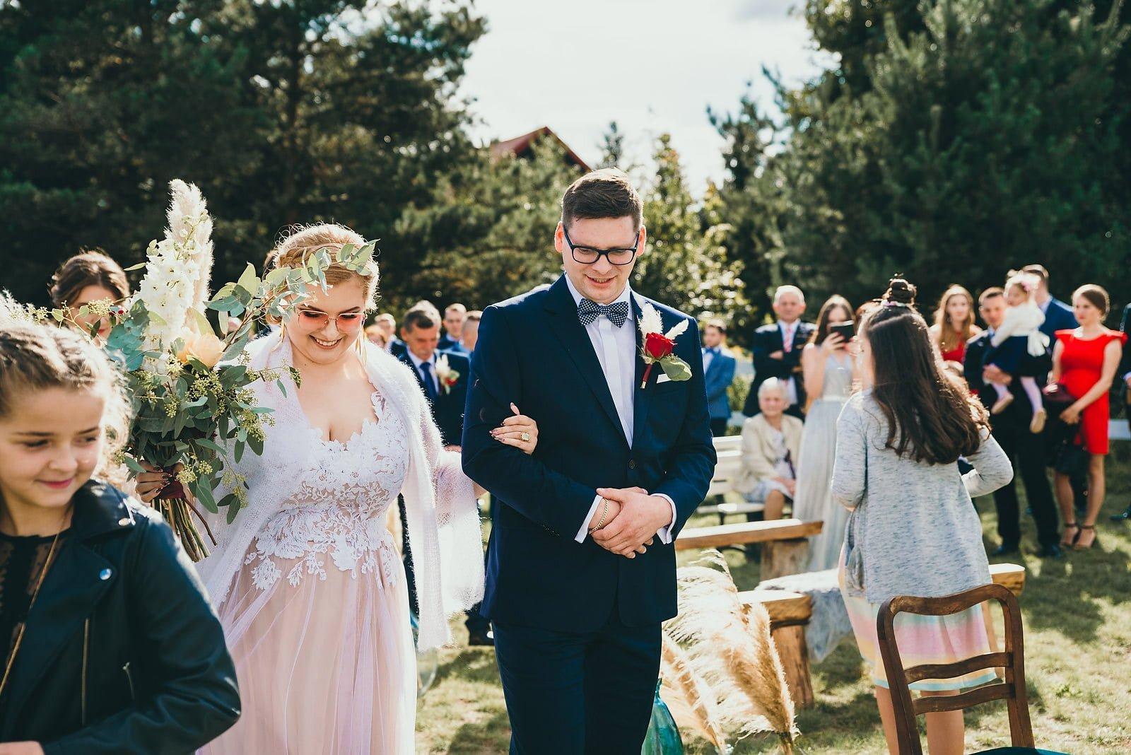 Karolina i Mateusz - plenerowy ślub - Biały Borek 39