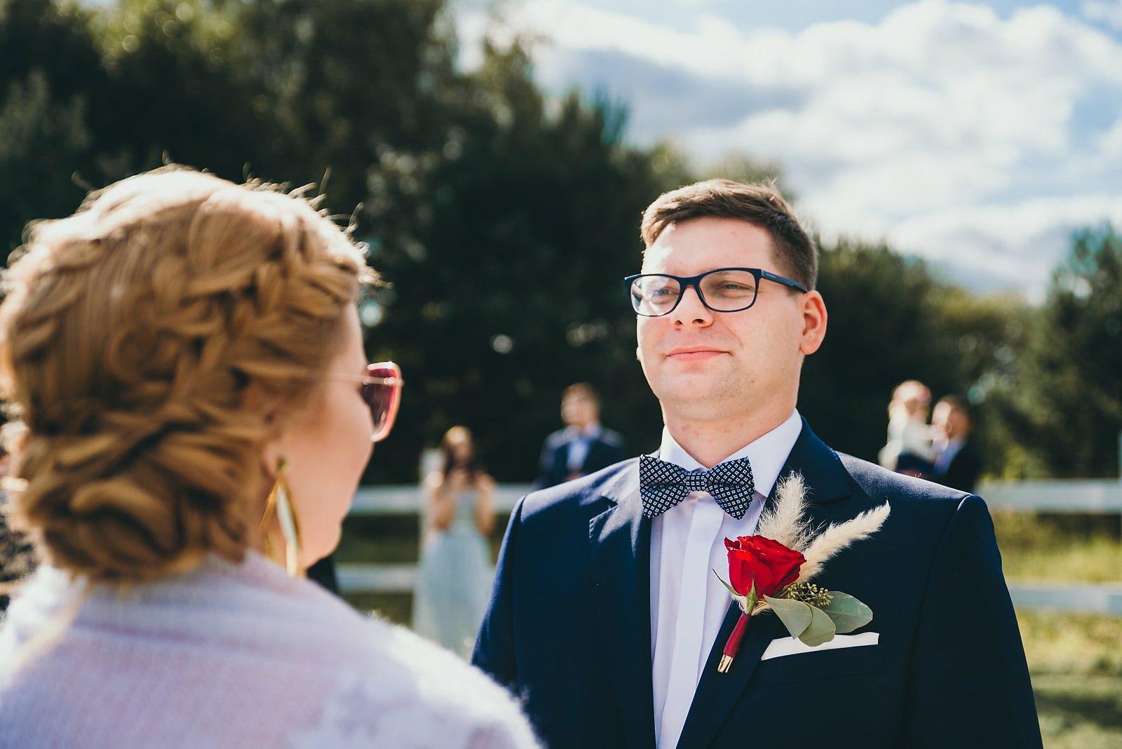 Karolina i Mateusz - plenerowy ślub - Biały Borek 43