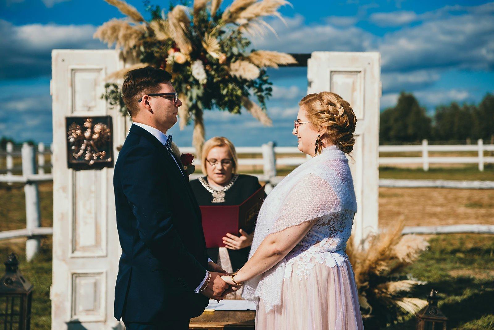 Karolina i Mateusz - plenerowy ślub - Biały Borek 45