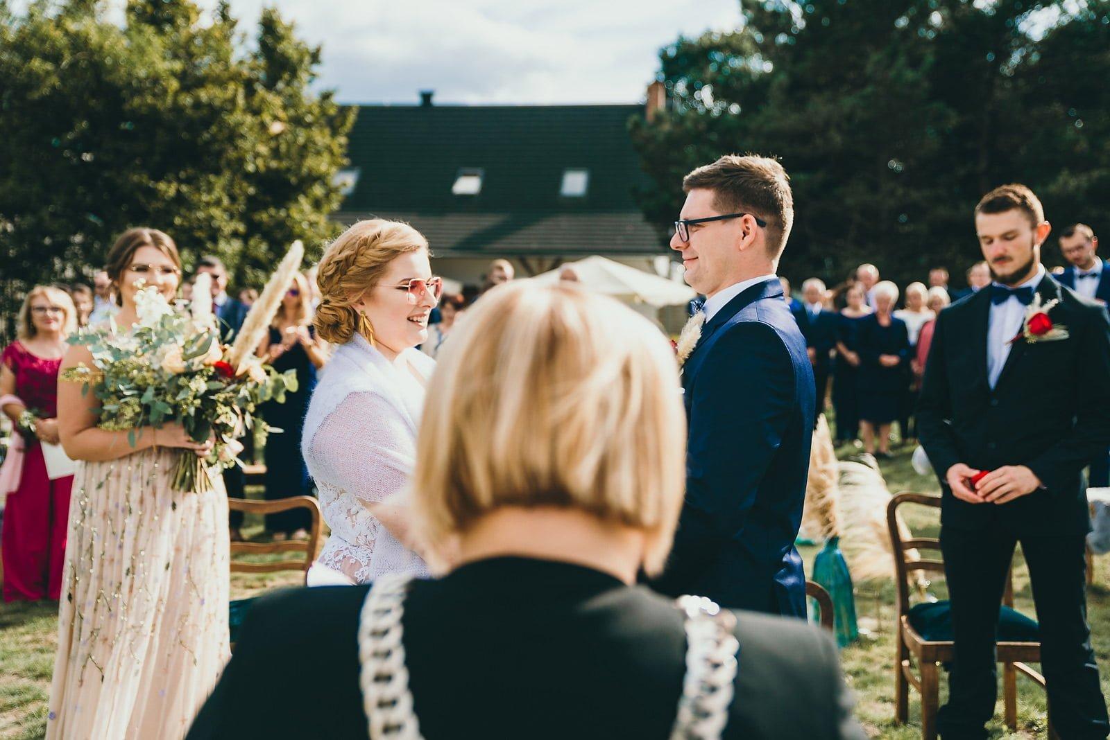 Karolina i Mateusz - plenerowy ślub - Biały Borek 47