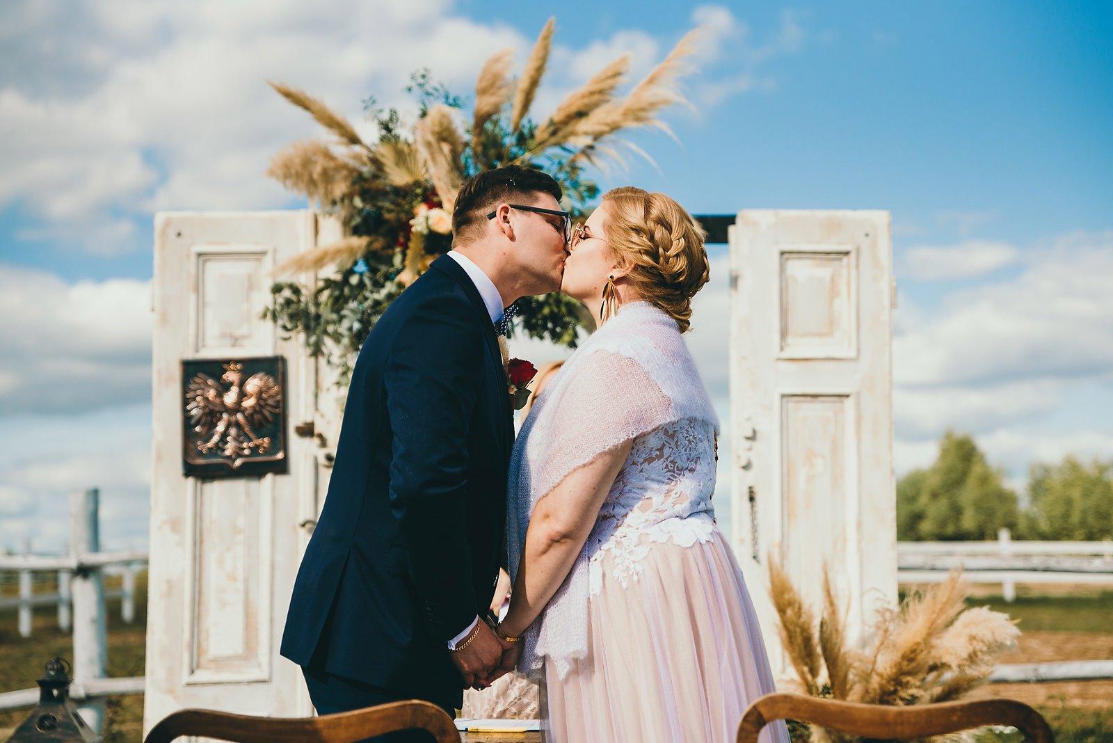 Karolina i Mateusz - plenerowy ślub - Biały Borek 48