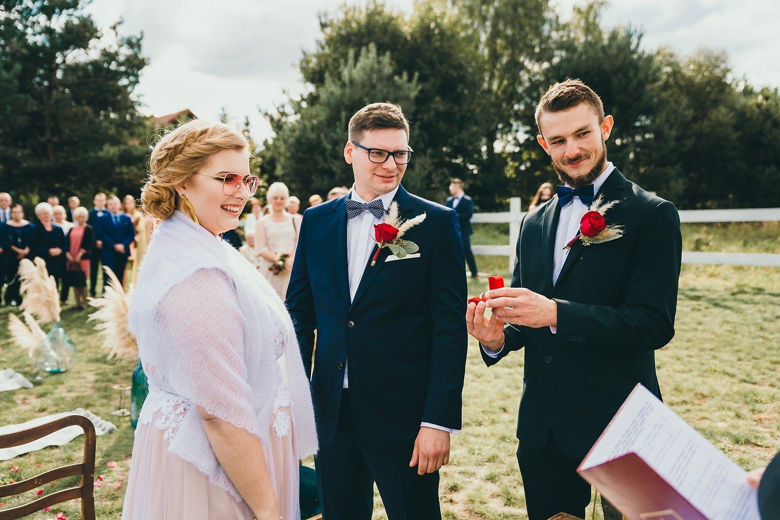 Karolina i Mateusz - plenerowy ślub - Biały Borek 51