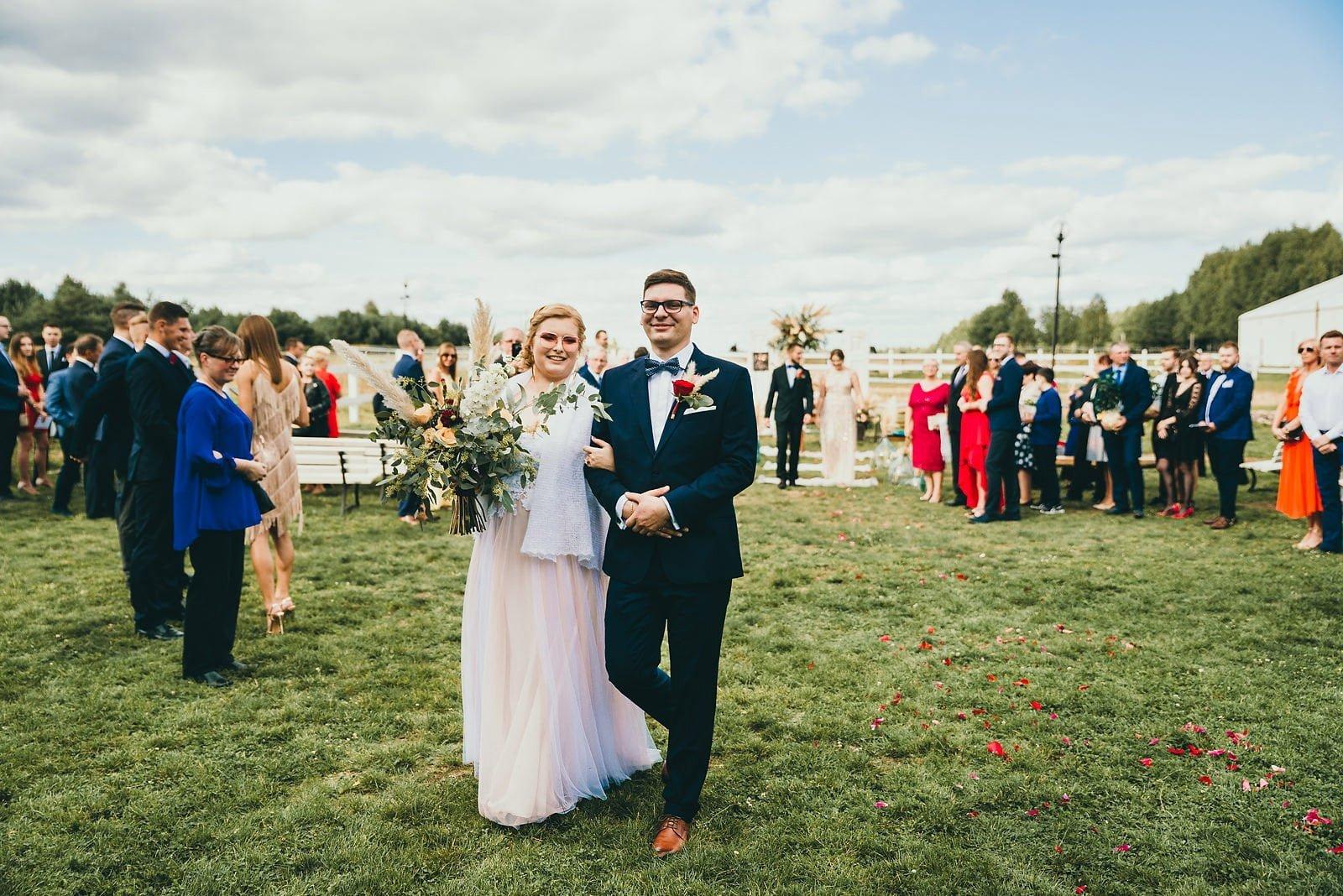 Karolina i Mateusz - plenerowy ślub - Biały Borek 54