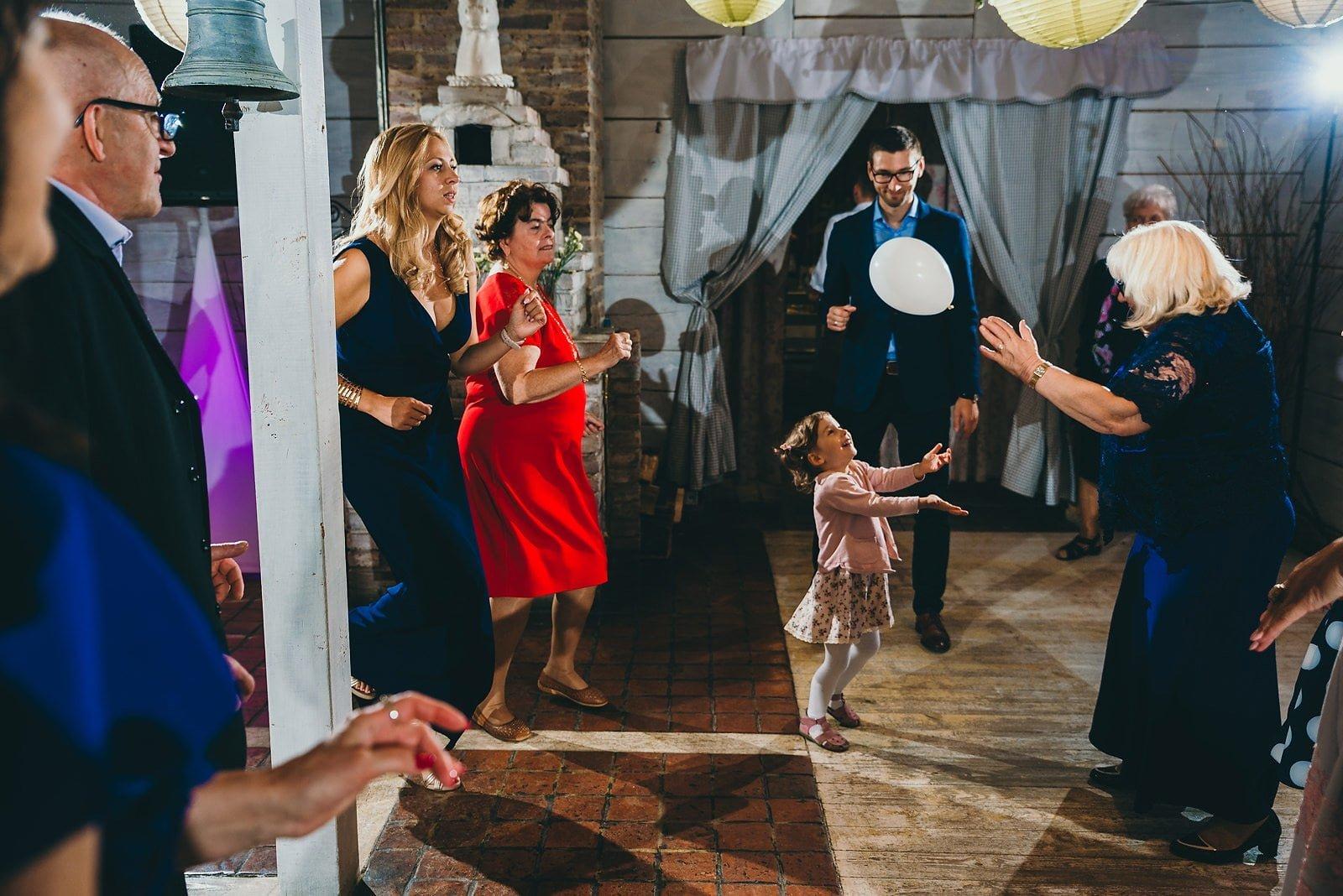 Karolina i Mateusz - plenerowy ślub - Biały Borek 82