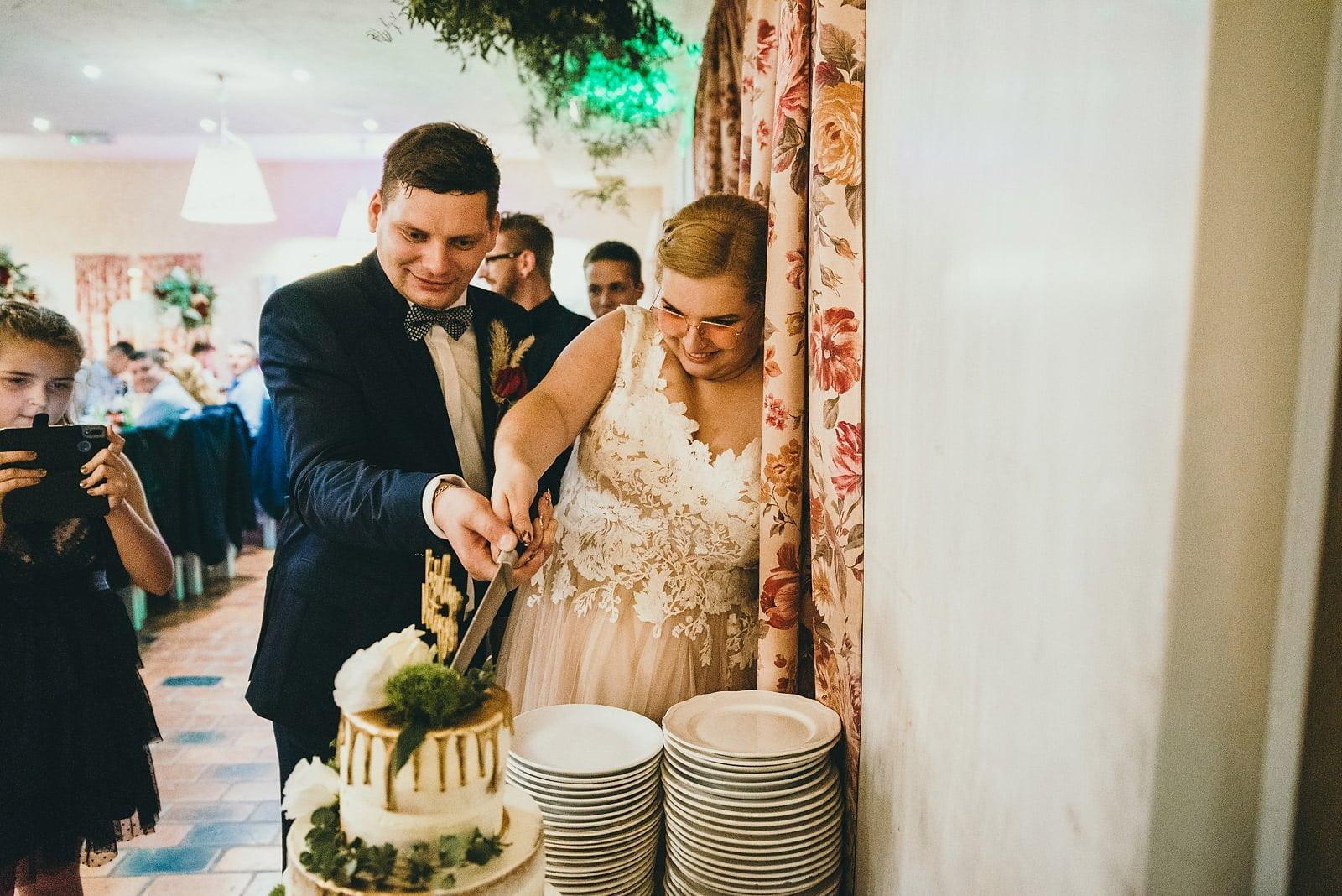 Karolina i Mateusz - plenerowy ślub - Biały Borek 90